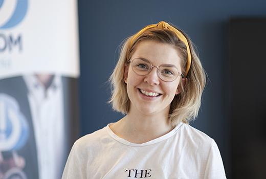Grafisk designer og hønemor <br> Linn Alnes Djuvsland
