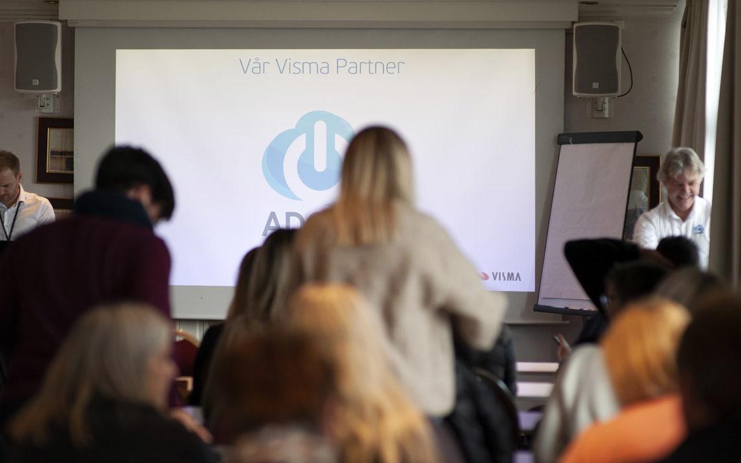 Kaja kickstarter karrieren som Visma trainee i Førde